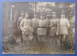 Photographie Militaria En Noir Et Blanc - Première Guerre Mondiale - Groupe De Soldats Dans Un Jardin - Guerre, Militaire