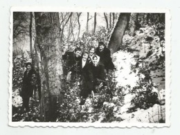Men,Women Pose For Photo In Nature A366-253 - Personnes Anonymes