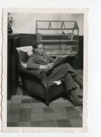 Homme Man Reading Lecture Lisant Cage Oiseau Bird Cage Volière Intérieur - Personnes Anonymes