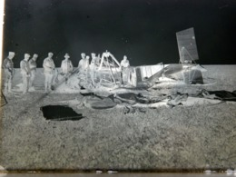 WW1 - GRANDE PLAQUE DE VERRE - NEGATIF - ACCIDENT AVION - MILITAIRE - MILITARIA - ANIMEE - 17,5 X 12,5 Cm - Plaques De Verre