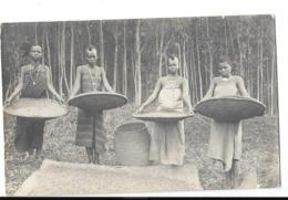ETHNOLOGIE AFRIQUE NOIRE Carte Photo Types De Jeunes Filles Vannant Le Grain - Cartes Postales