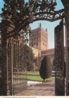 Postcard Tewkesbury Abbey Through The Gage Gates My Ref  B23841 - Otros