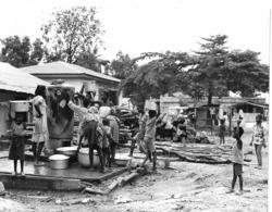 Photo R. Centrafricaine. Bangui Quartier Indigène. Point De Distribution D'eau 1980  Photo Vivant Univers - Afrika