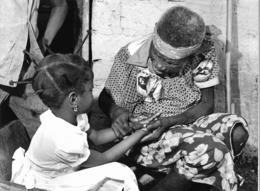 Photo R. Centrafricaine. Bangui Grand-mère Apprend à Prier à Sa Petite Fille 1980  Photo Vivant Univers - Afrika