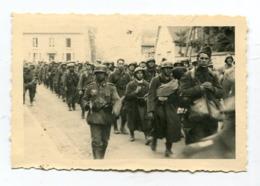 Photo Originale  Format : 120*91 Mm  Militaires Soldats Allemands Et Prisonniers   A VOIR  !!! - Guerre, Militaire