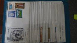 Très Belle Collection De 98 Enveloppes 1er Jour Des NATIONS UNIES Dans Son Présentoir D'origine. - Timbres