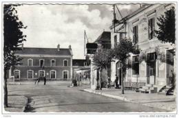 Carte Postale  72. Chateau-du-Loir  La Gare Et L'Hotel Des Voyageurs Trés Beau Plan - France