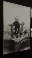 CP -  CARTE PHOTO - Un Jeune Garçon Debout Sur Un Banc - Portraits