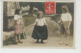 ENFANTS - LITTLE GIRL - MAEDCHEN - JEUX - Jolie Carte Fantaisie Enfants Jouant à La Corde à Sauter - Portraits