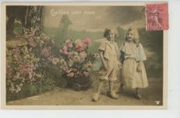 ENFANTS - LITTLE GIRL - MAEDCHEN - Jolie Carte Fantaisie Enfants En Sabots Et Fleurs - Portraits
