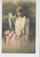 ENFANTS - LITTLE GIRL - MAEDCHEN - Jolie Carte Fantaisie Portrait Fillette Et Fleurs Dans Boîte Cadeau - Portraits