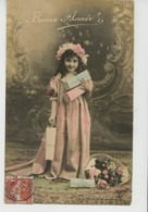 ENFANTS - LITTLE GIRL - MAEDCHEN - Jolie Carte Fantaisie Portrait Fillette Avec Cadeaux Et Fleurs - Portraits