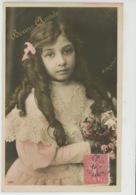 ENFANTS - LITTLE GIRL - MAEDCHEN - Jolie Carte Fantaisie Portrait Fillette Et Fleurs - Portraits