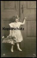 ALTE POSTKARTE MÄDCHEN KIND KLOPFT AN TÜR Fillette Young Girl Enfant Girl Femme Child Door Kleid Ansichtskarte Postcard - Portraits