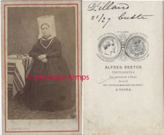 A Voir-CDV Vers 1870-costume Régional-femme Avec Coiffe Vendéenne-photo Alfred Breton à Tours-nom Au Dos - Antiche (ante 1900)