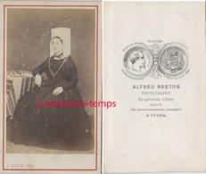 A Voir-CDV Vers 1870-costume Régional-femme Avec Coiffe Vendéenne-photo Alfred Breton à Tours - Antiche (ante 1900)