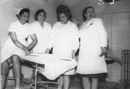 NURSES INFIRMIER In The Hospital Women Femmes - Photo 10x7cm 1960' - Métiers