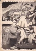 Photographie Ancienne Père Noël Avec Enfant Et Cheval A Bascule  Et Boite A Courrier Du Père Noël   ( Ref 262) - Identified Persons