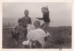 Photographie Campagne Femme Et Enfant Jouant Avec Une Chèvre Blanche ( Ref 267) - Photos