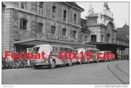 Reproduction Photographie D'ancien Bus Saurer De La Swissair Garés Devant Leur Bâtiment - Repro's