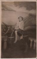 CARTE PHOTO MONTAGE Enfants Sur Un Cheval De Bois - Chevaux Faux Manège Surréalisme Faux Décor - Photographs