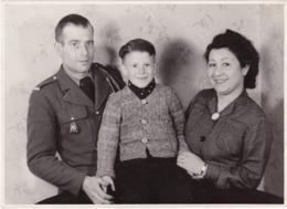 Soldat Avec Insigne Du Régiment : 7ém R. T. A. - Soldat En Pose Avec Femme Et Enfant : Guelma 1938 - Guerre, Militaire