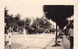 Foto Begräbniszug Mit Militär - Polen - Ca. 1920 - 8*5,5cm (44450) - Krieg, Militär