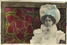 Illustrateur Jeune Femme Doigt Sur La Bouche Devant Une Decoration Pailletée RV - Femmes