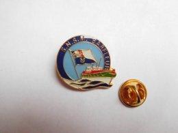 Superbe Pin's , Marine Bateau , SNSM Barfleur , Sauvetage En Mer , Manche - Boats