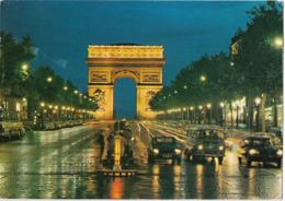 PARIS - Les Champs Elysées Et L'Arc De Triomphe Illuminé - Voiture : Citroen DS - Et Autres - Champs-Elysées