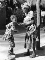 Photo Sénégal. Casamance Grand'mère Et Sa Petite Fille Années 1990   Vivant Univers - Afrique