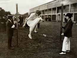 HIGH JUMPING FOR GIRLS AT UPTON PARK LONDON 21*16CM Fonds Victor FORBIN 1864-1947 - Photos