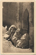 MAROC - MARRAKECH - MAURESQUES - (assises Au Sol) - Carte Sépia - Marrakech
