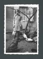 Photo Ancienne La Petite Jeanine Pretty Little Girl Dans La Basse Cour Avec Ses Poules Hens En 1936 - Otros