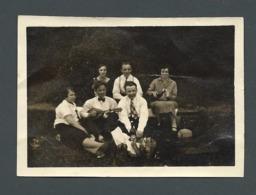 Photo Ancienne Pause Casse Croûte Au BOIS DE BOULOGNE Avec Du Vin Du Saucisson Et Un Joueur De Banjo En 1927 - Photos