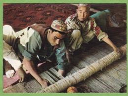 Belle CPSM AFGHANISTAN Aq Chah Carpet Worker Artisan Métier Tapis Tissage Animé - Afghanistan