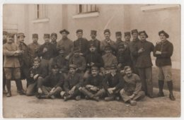 Carte Photo Militaria Groupe De Soldats Prisonniers Dont 1 Chasseur Alpin Nommé Cachet Geprüft Landsberg Gefangenenlager - Weltkrieg 1914-18