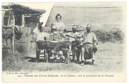 Cpa Camargue, Manade Des Frères Desfonds, à La Cabane, Tout Le Personnel De La Manade   ( FO ) - Vestuarios