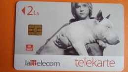Lettonie - Télécarte 2Ls - 06/2007 Enfant Portant Un Chien - Used - Letland