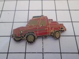 119 Pin's Pins : BEAU ET RARE :  Thème POMPIERS / SORTE DE 4x4 ROUGE SAPEURS-POMPIERS - Brandweerman