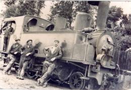 Photo : Belle Locomotive Ancienne Avec Cheminots - Trains