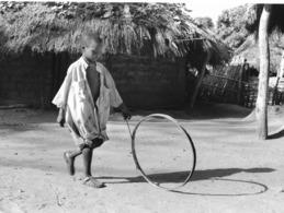 Photo Sénégal. Enfant Jouant Au Cerceau Dans Un Village (Faouh) De La Casamance. Années 1990  Photo Vivant Univers - Afrique
