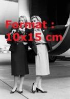 Reproduction D'une Photographie Ancienne De Deux Hôtesses En Uniformede La Compagnie Swissair En 1990 - Riproduzioni