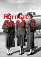 Reproduction D'une Photographie Ancienne D'hôtesse En Uniformede La Compagnie Swissair En 1950 - Reproductions