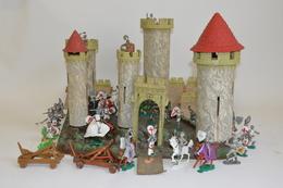 Important Château Fort (plastique, Carton Et Aggloméré) à Monter, Avec Sa Base Et Ses Cinq Tours. On Y Joint Un Ensemble - Otras Colecciones