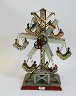 DOLL (Allemagne): Grande Roue Mécanique Avec Six Nacelles, Deux Figurines Par Nacelle. Drapeau Manquant, Bon état Généra - Otras Colecciones