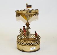 Carouselle Mécanique, Fabrication Allemande, Nuremberg, Indéterminé. Début XXème. A Restaurer.  Hauteur: 23 C M. - Otras Colecciones