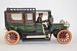 CARETTE: Limousine Tôle Lithographiée Verte Avec Verres Bizautés (fêlure Sur Arrière Gauche), Chauffeur ,phares Nickelés - Otras Colecciones