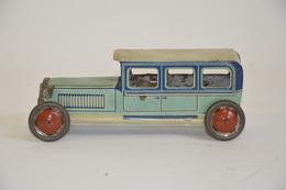 PENNY TOYS: Limousine Bleue En Tôle Lithographiée. Manque Un Phare. Longueur: 15 Cm - Otras Colecciones