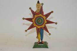 Fabrication Française (?) Clown Mécanique à L'étoile Et Grelots. Tôle Peinte. Hauteur: 24 Cm. Bon état De Conservation. - Other Collections